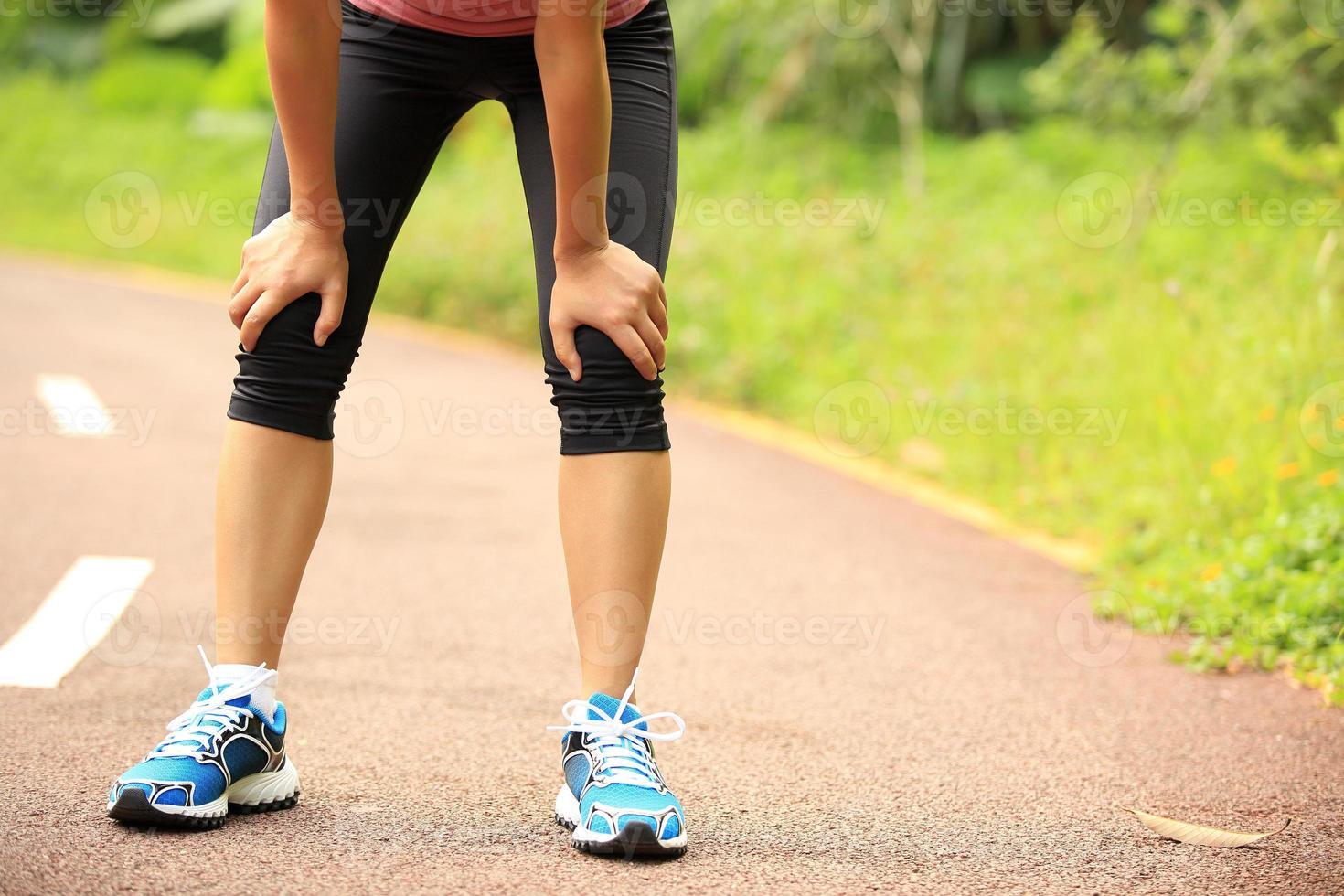 müde Läuferin ruhen sich aus, nachdem sie hart gelaufen ist foto