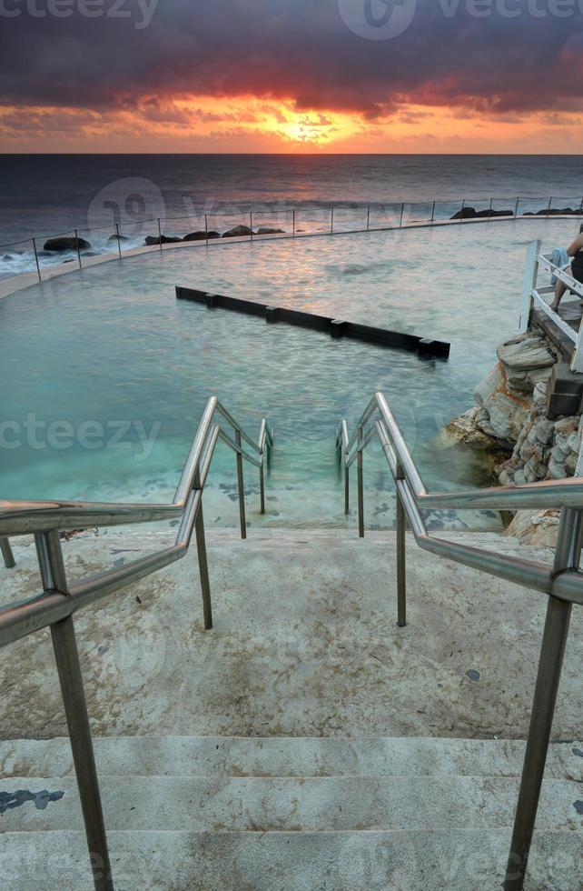 die stufen führen hinunter in bronte ozean badet australien foto