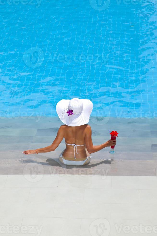 Frau, die sich im Wasserpool entspannt foto