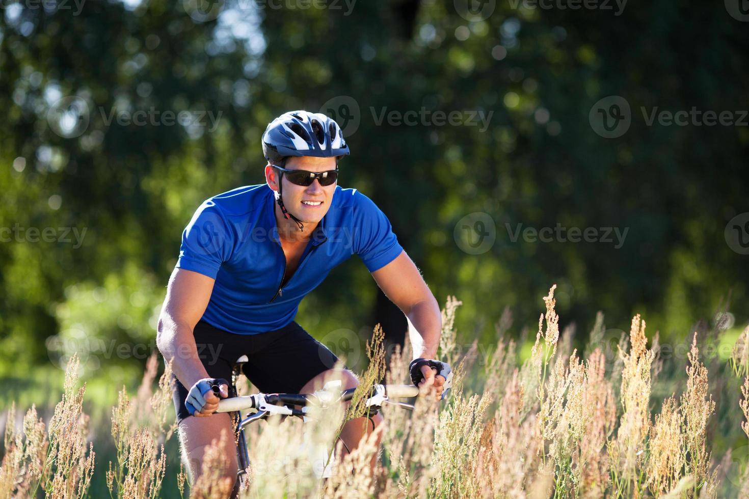 glückliche junge Frau, die draußen Fahrrad fährt. gesunder Lebensstil. foto