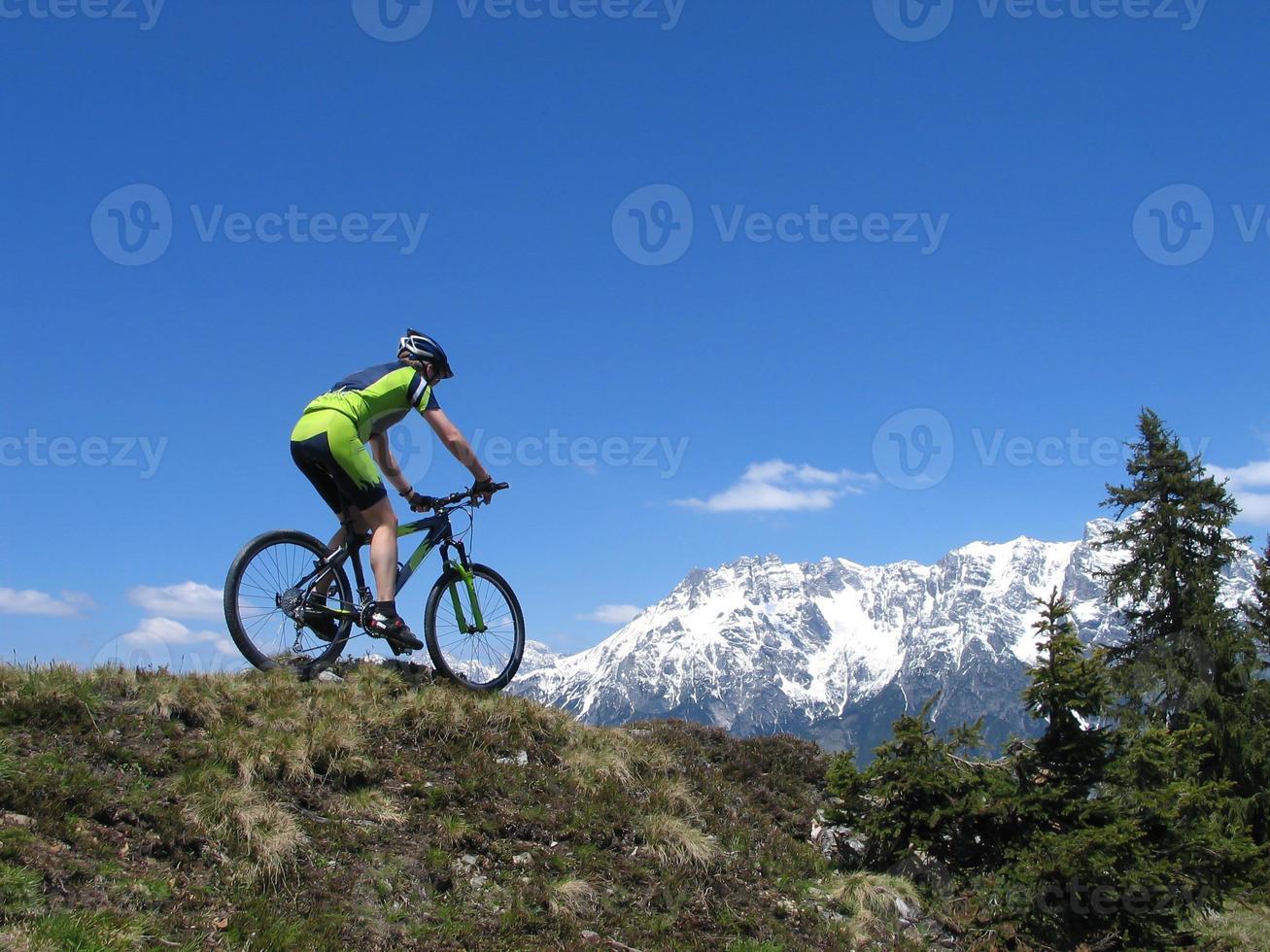 Mountainbiker fahren durch die Berge foto