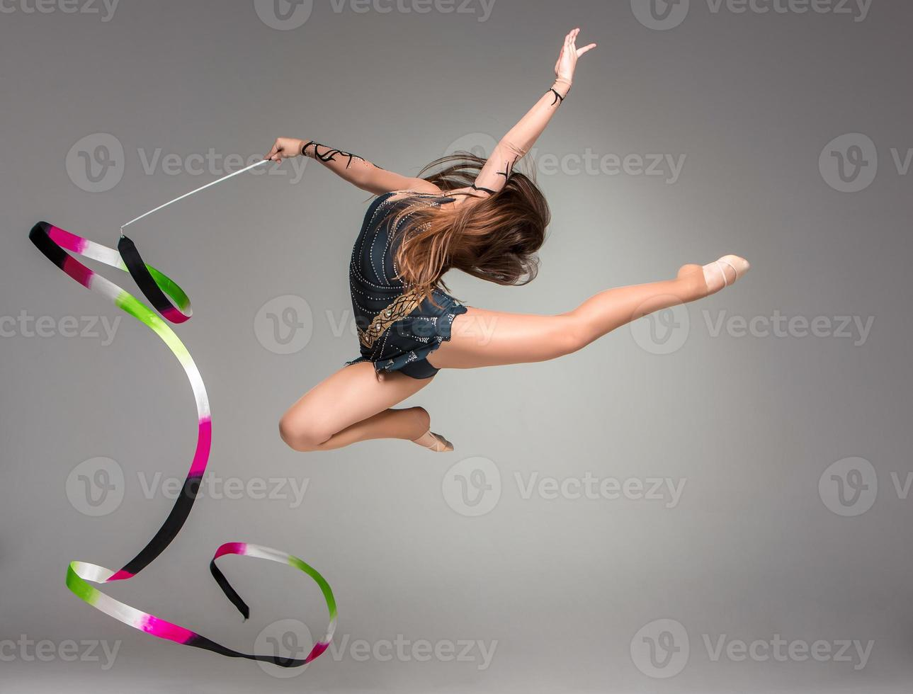 Teenager, der Gymnastik tanzt mit Band foto