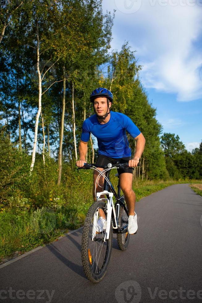 Urban Biking - junger Mann und Fahrrad in der Stadt foto