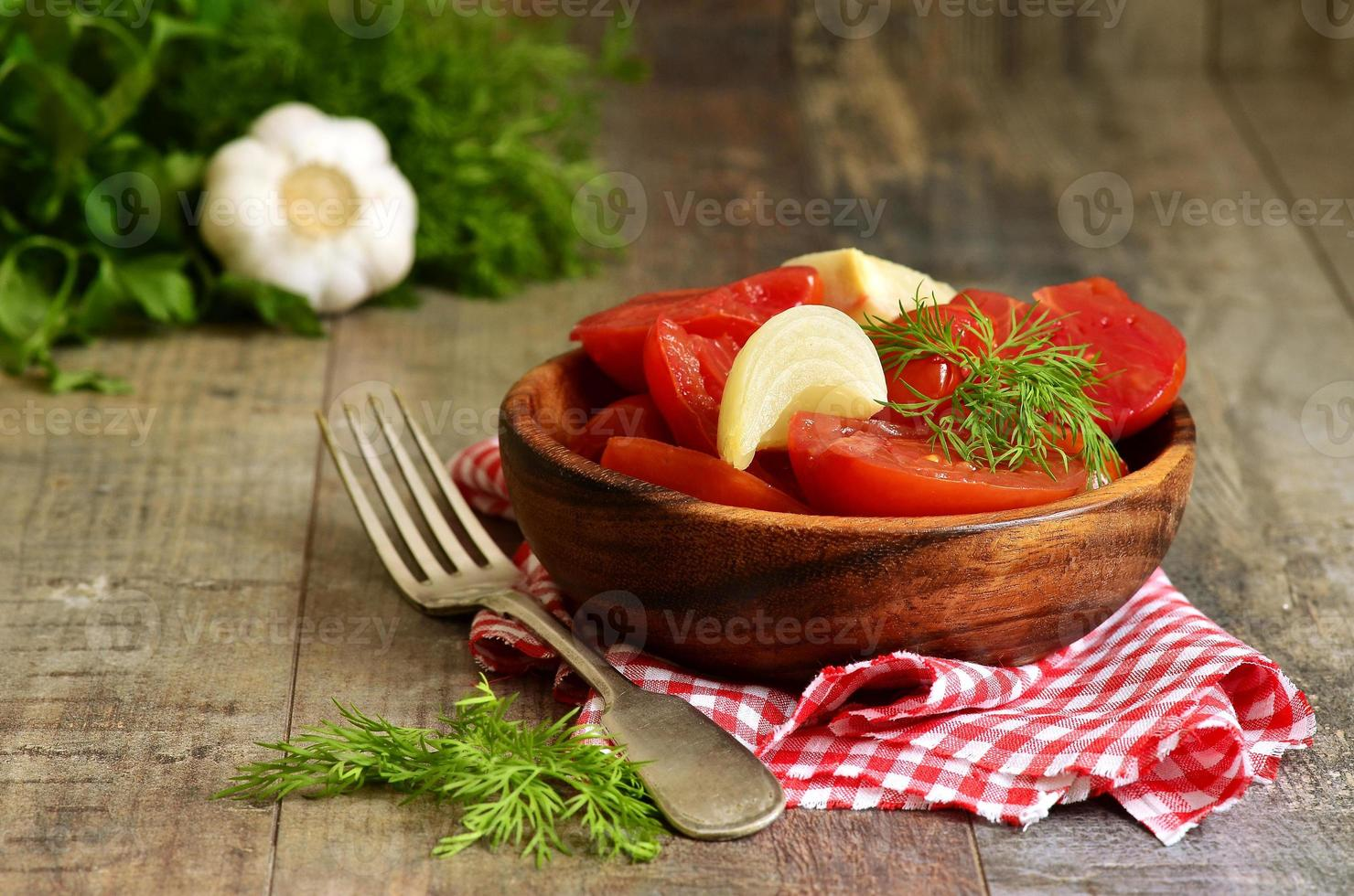 hausgemachte marinierte Tomaten. foto