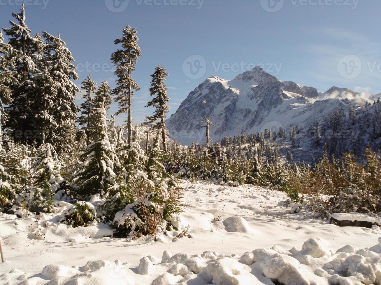 Berggipfel mit hohen Zirruswolken foto