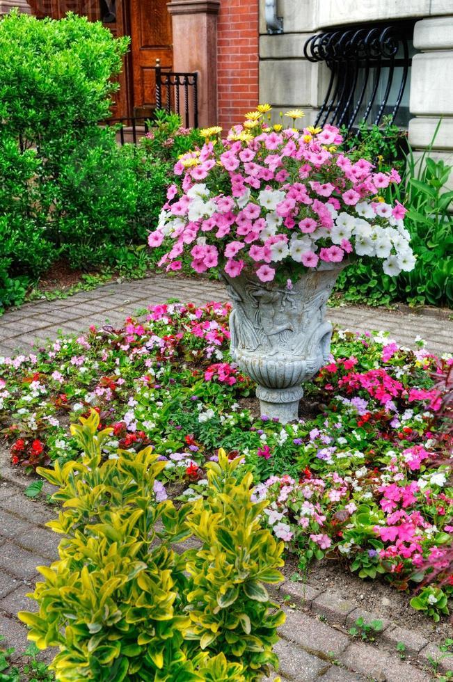 Blumenarrangement im eleganten Stadtgarten foto