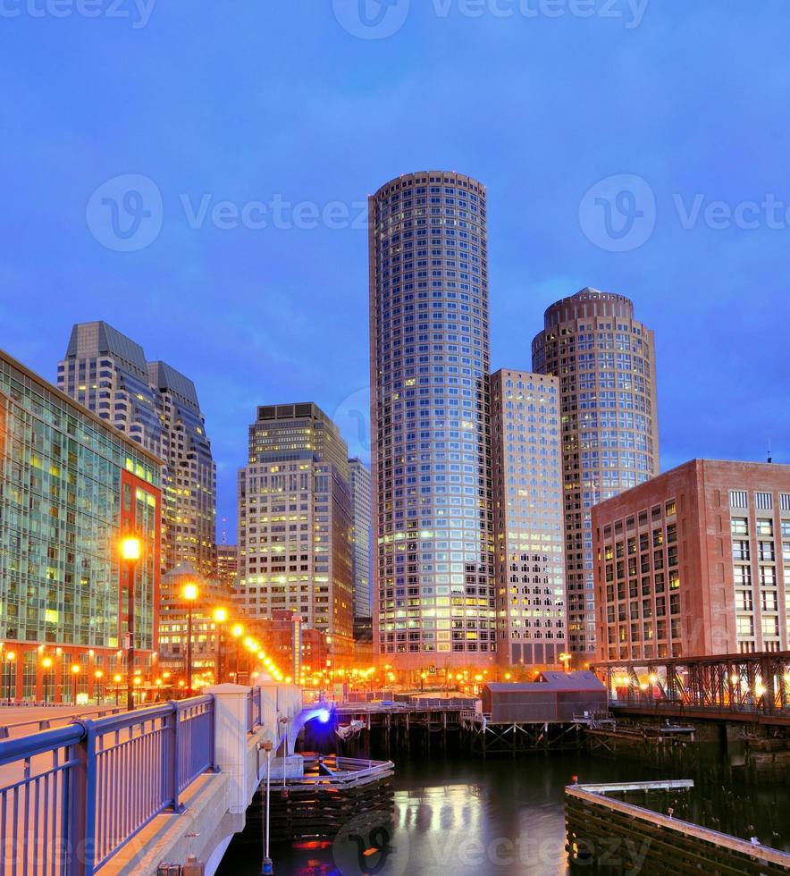 Dämmerungsblick auf den beleuchteten Hafen von Boston und das Stadtbild foto