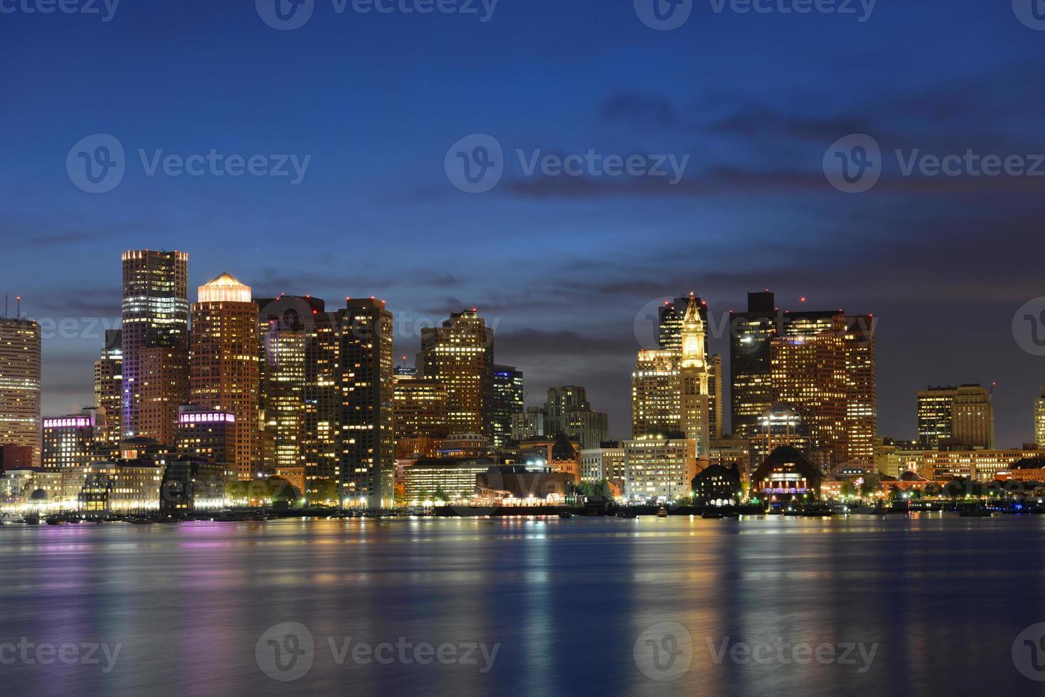 Boston Skyline in der Nacht, Massachusetts, USA foto