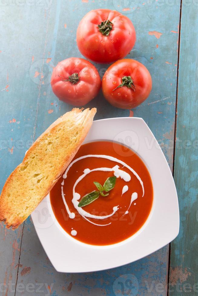 rote Tomatensuppe mit Sahne mit frischen Tomaten foto