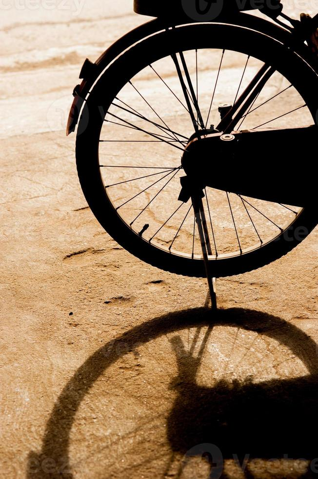 Fahrrad steht auf dem Parkplatz und seinem Schatten foto