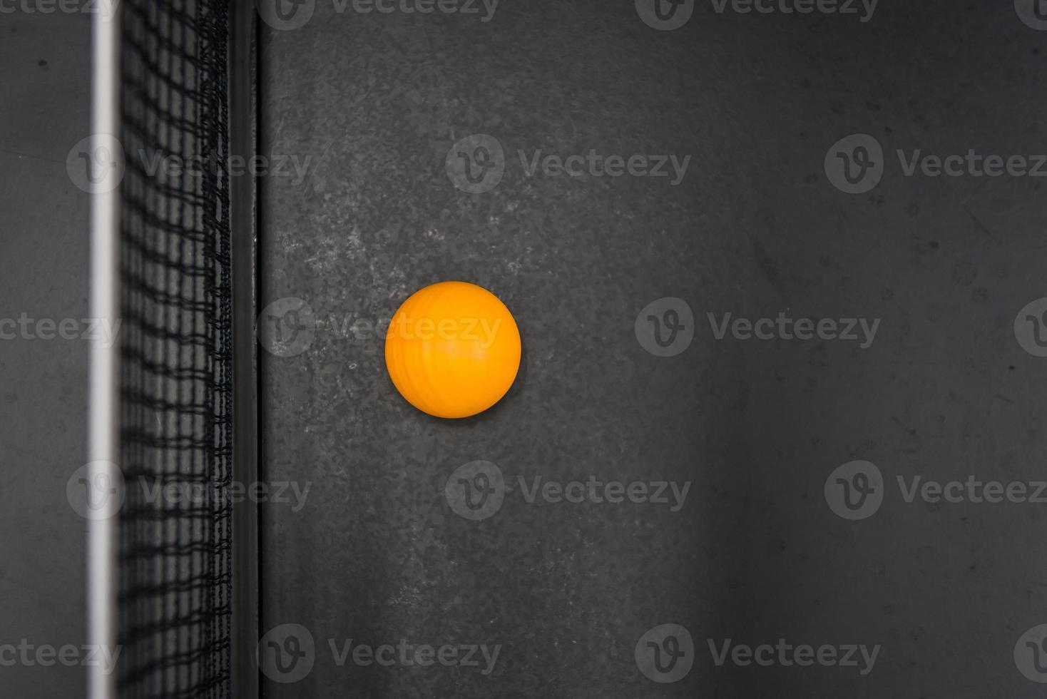 Tischtennisball auf schwarzem Tisch foto