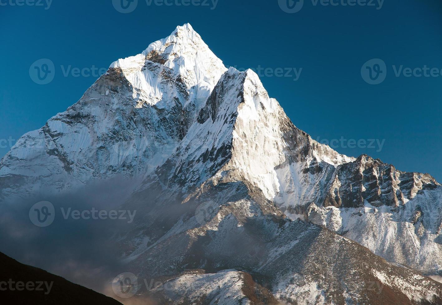 schöne Aussicht auf den Berg Ama Dablam foto