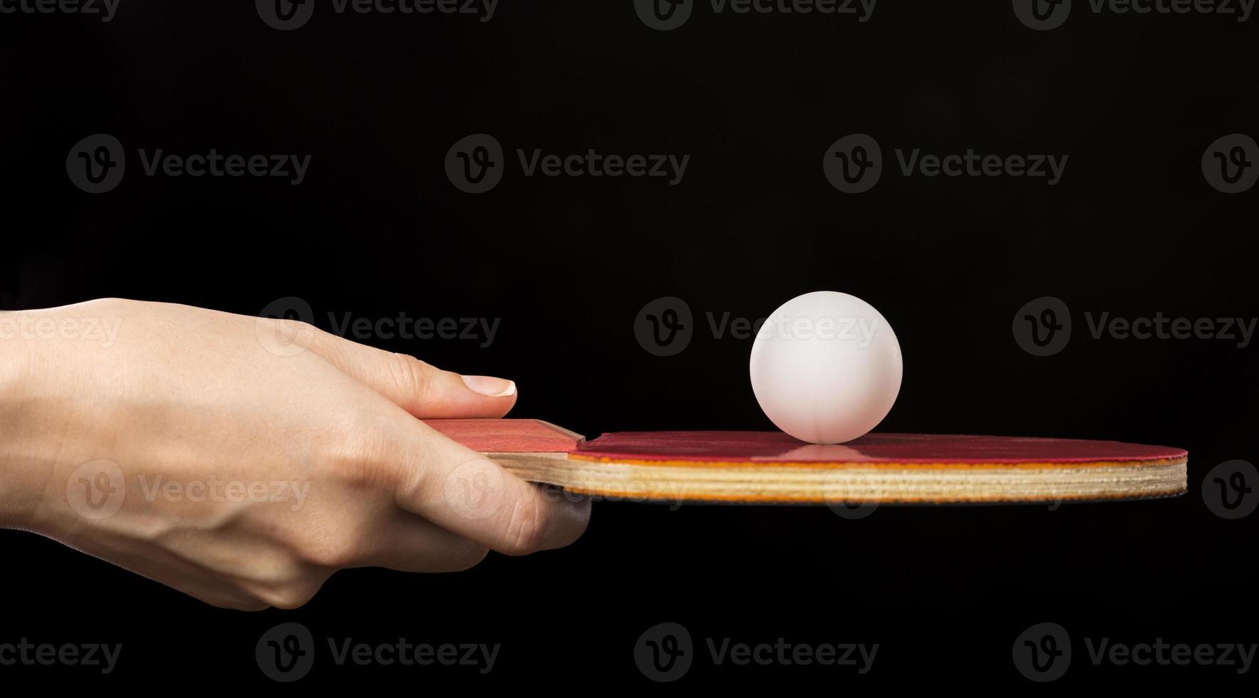 Hände mit Schläger und Ball für Tischtennis foto