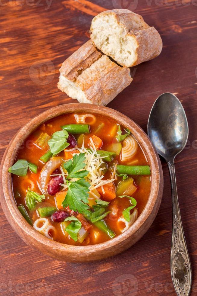 Minestrone-Suppe mit Nudeln, Bohnen und Gemüse foto