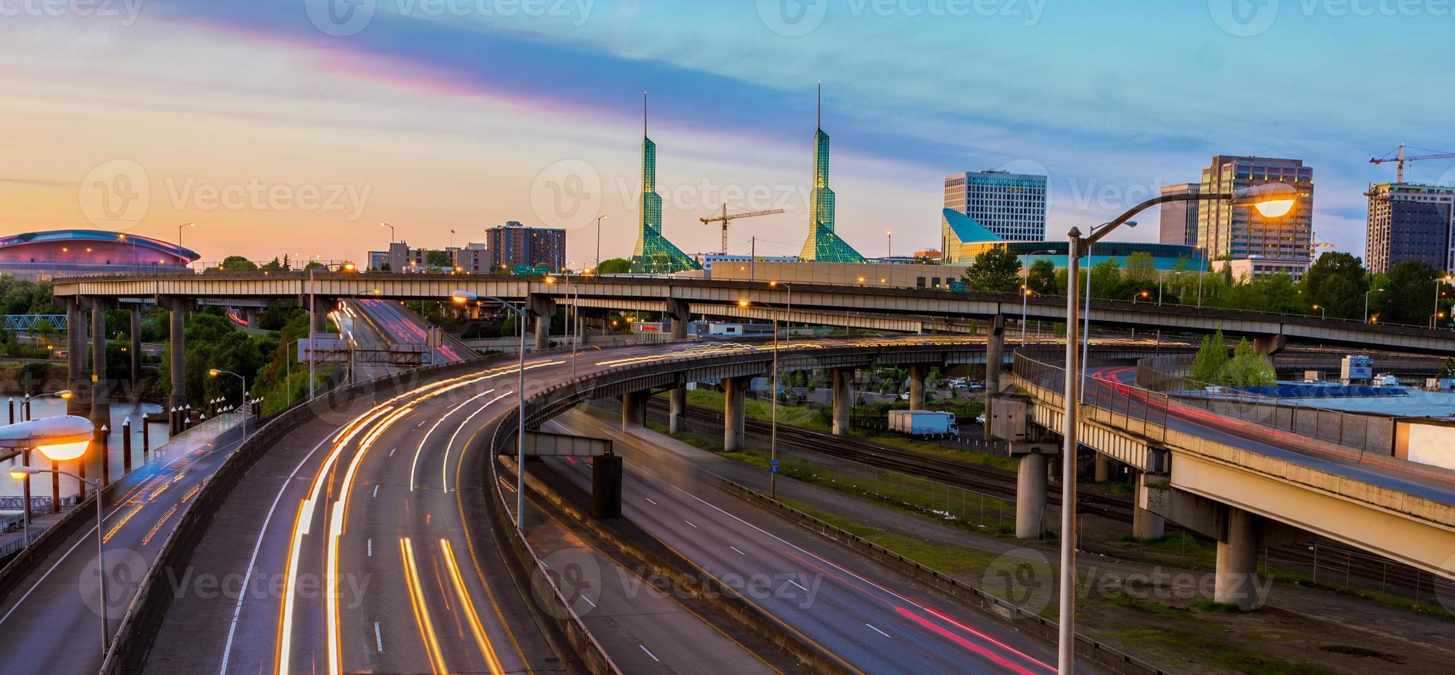 Blick auf den Sonnenuntergang über der Interstate 5 in Portland Oregon foto
