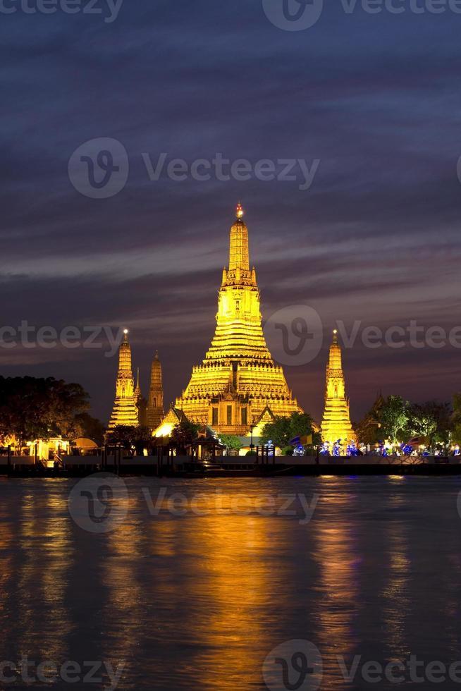 Wat Arun über Chao Phraya River in der Nacht foto
