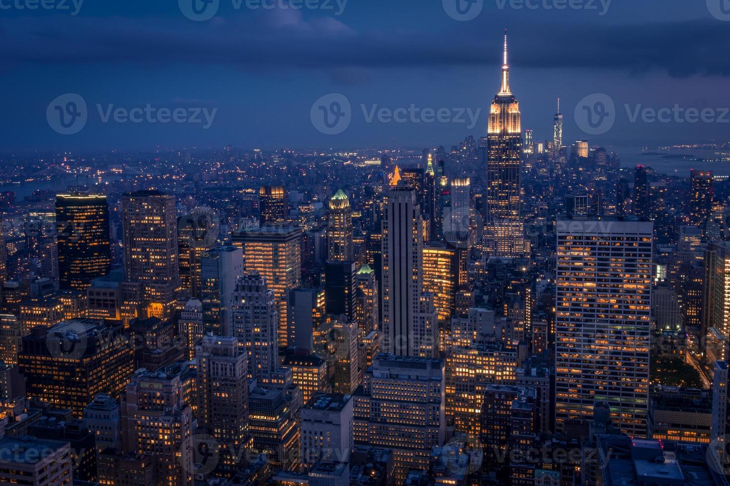 Unteres Manhattan in der Nacht von einem hohen Platz aus gesehen foto