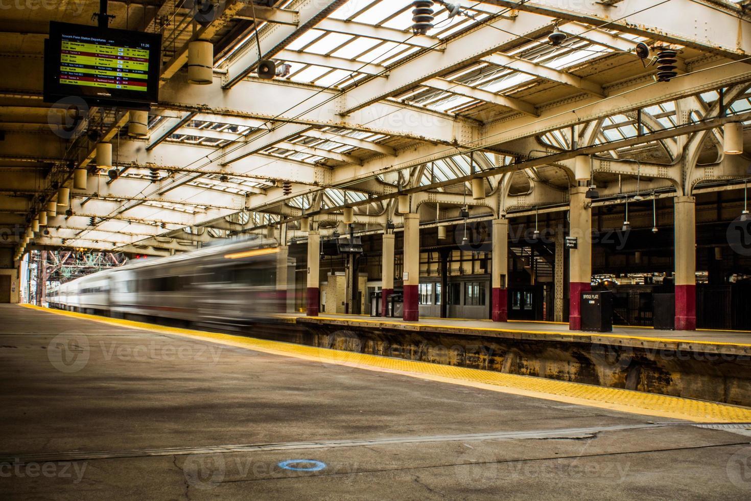 schnell fahrender Zug an einem Bahnhof foto