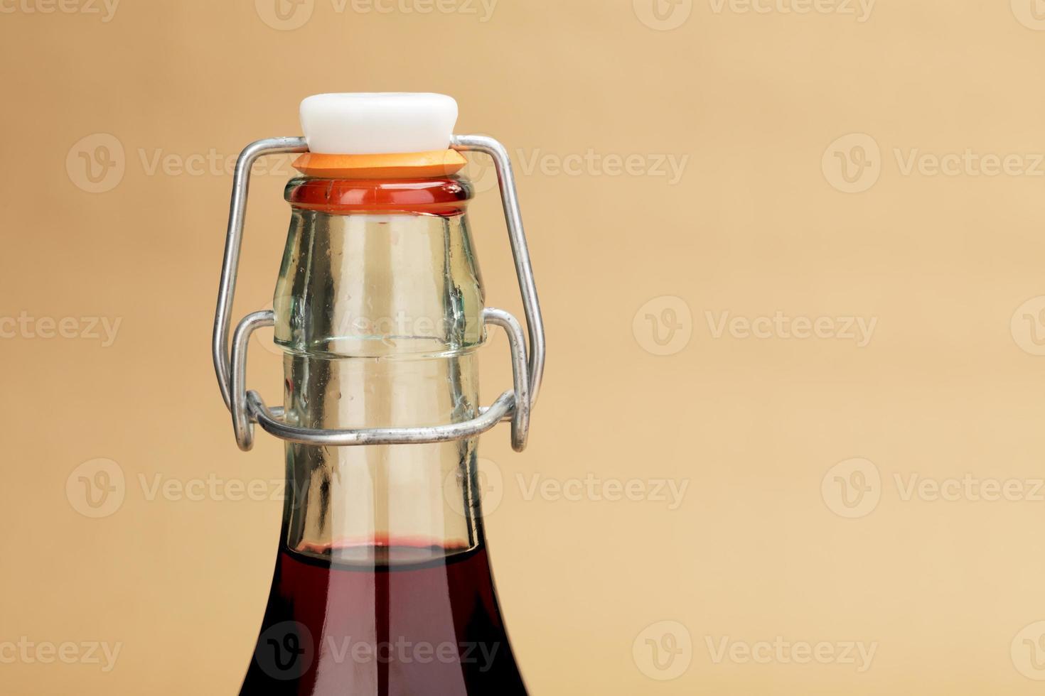 hausgemachter Rotwein in einer klassischen Flasche foto