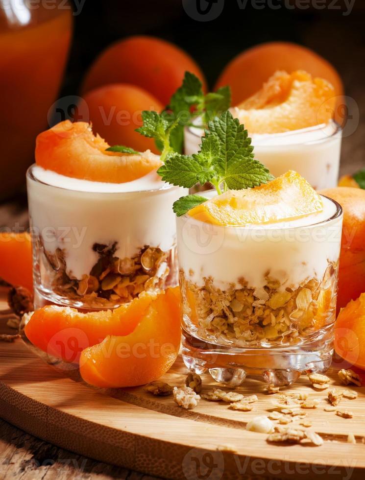 hausgemachtes Müsli mit Joghurt und Aprikose foto