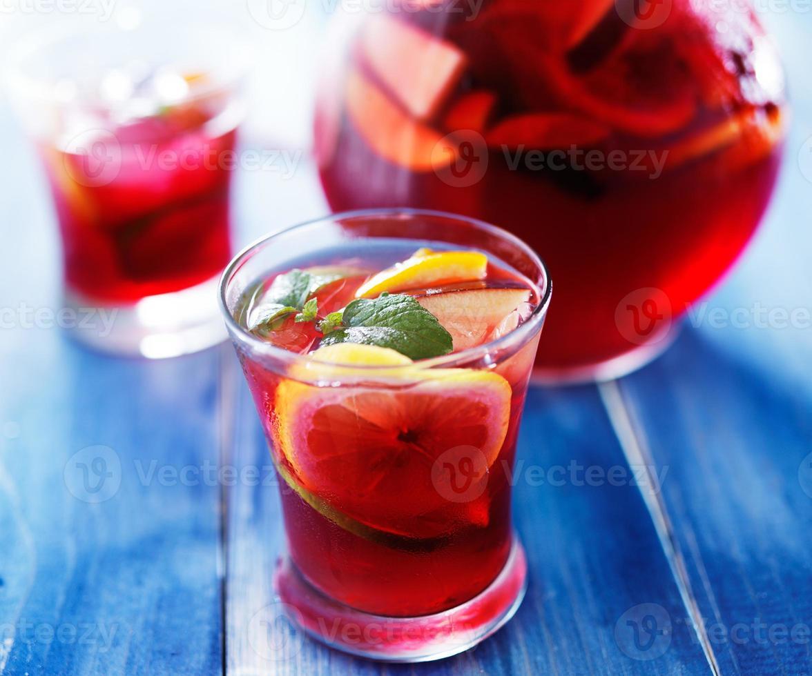 Sangria mit Früchten und Minze in einer Tasse garnieren foto