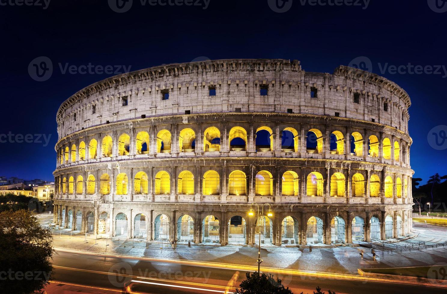das Kolosseum in der Nacht, Rom, Italien foto