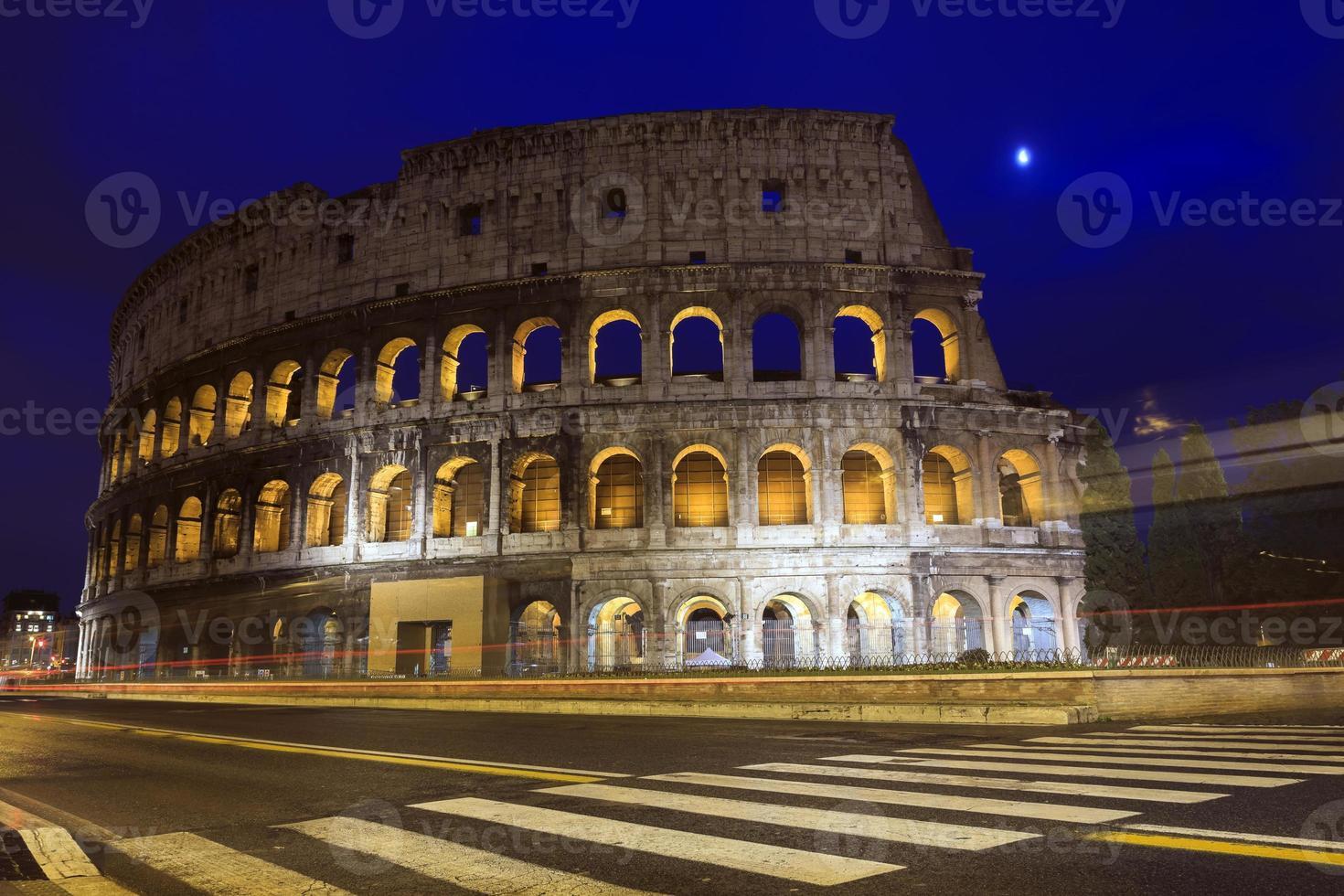 Kolosseum in der Abenddämmerung in Rom foto