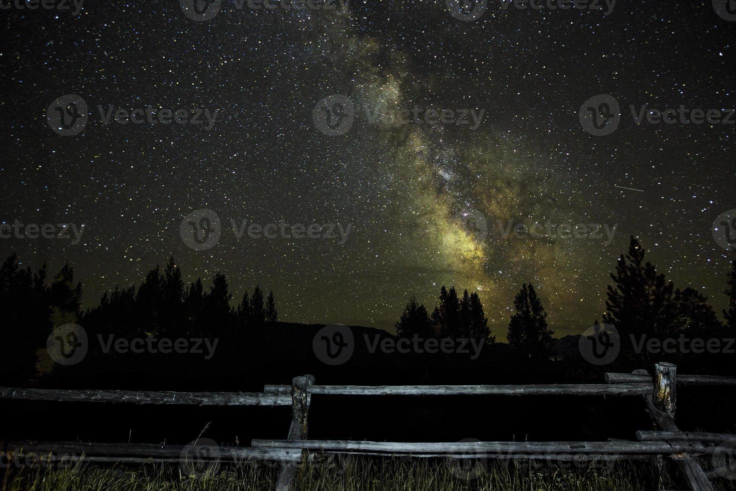 Milchstraße hinter dem Zaun foto