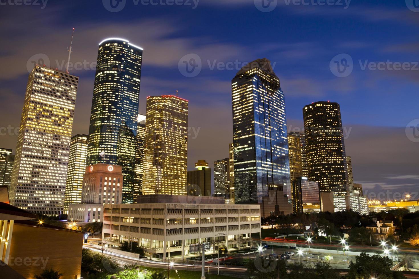 hell helle Gebäude in der Innenstadt von Houston in der Nacht foto