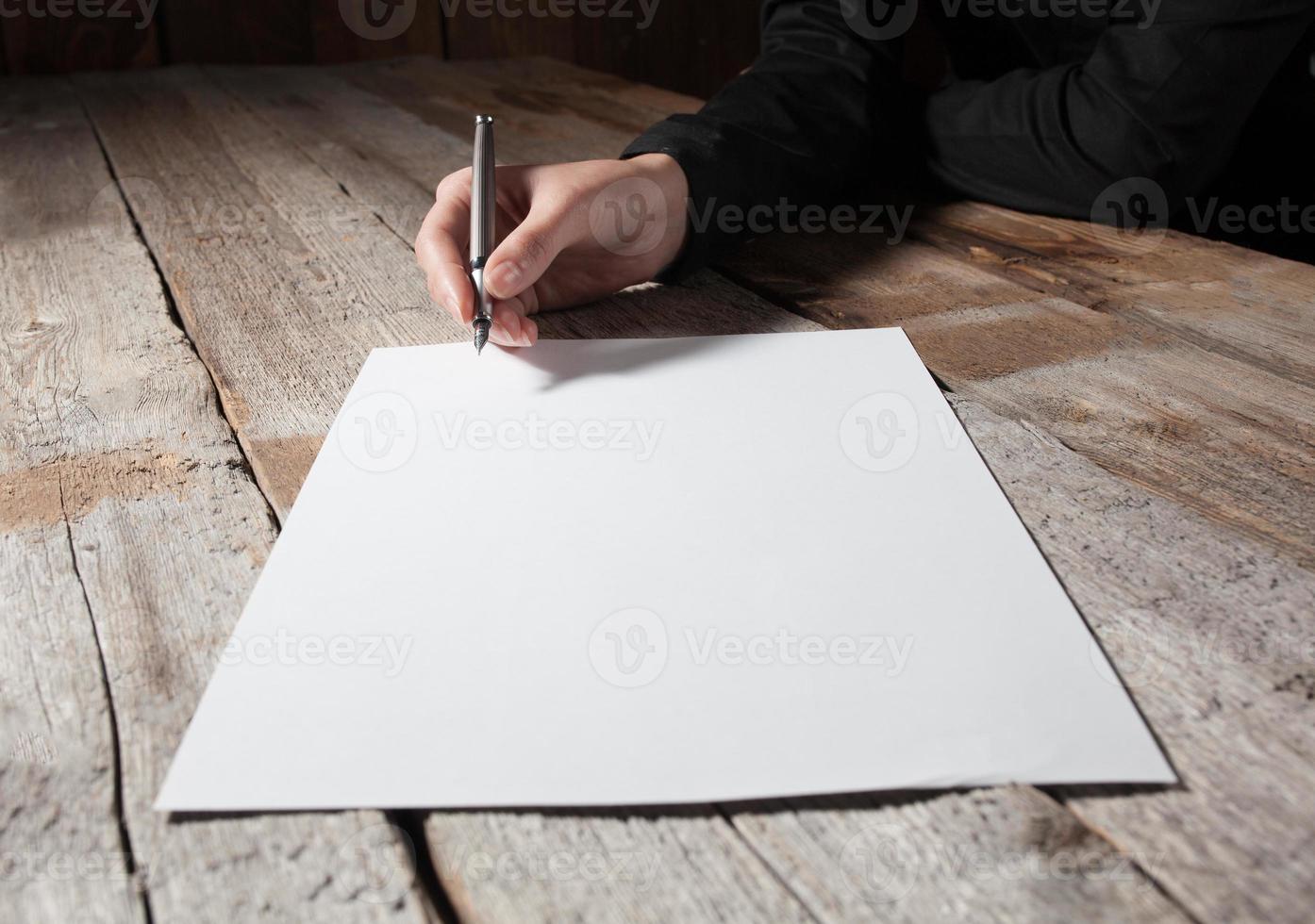 Frau Hand Unterschrift Dokument foto