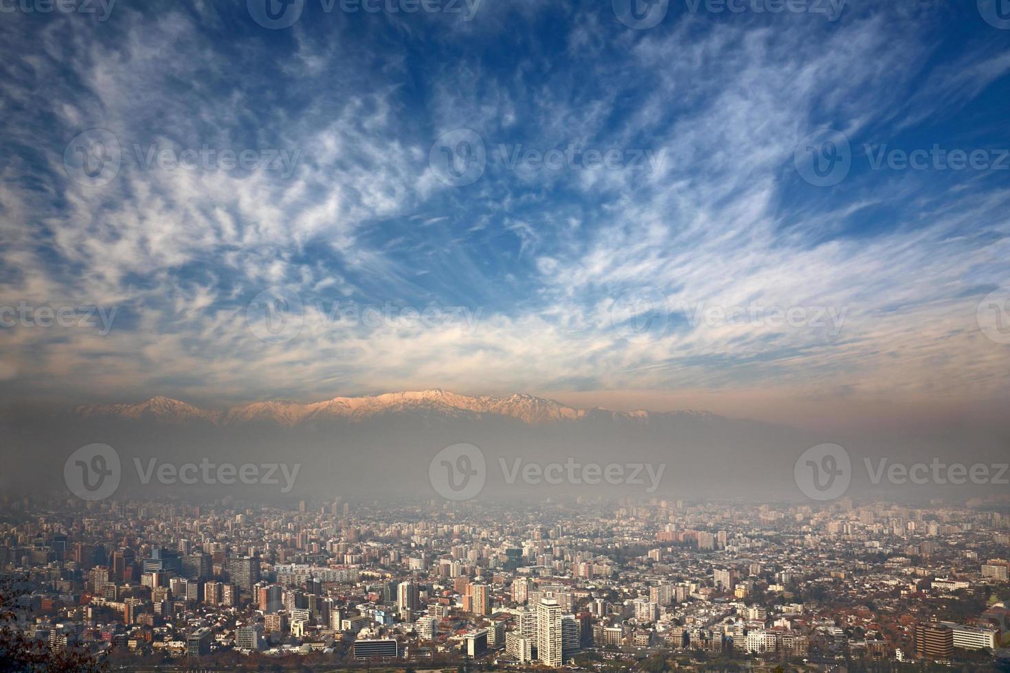 Birdeye Blick auf Anden und Santiago, Chile foto