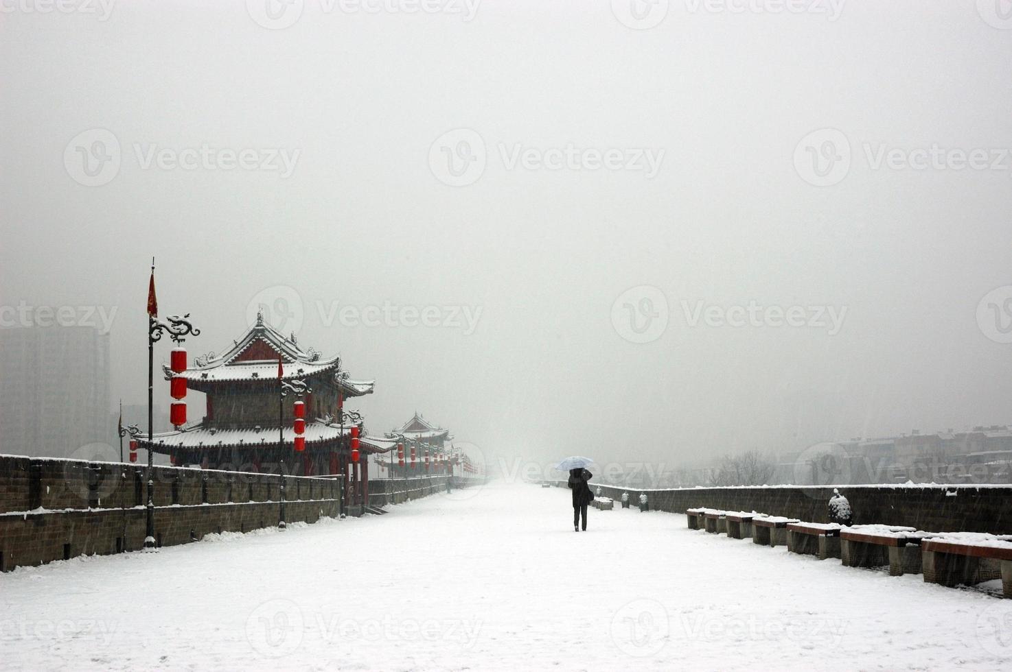 Xi'an Stadtmauer im Schneetag foto