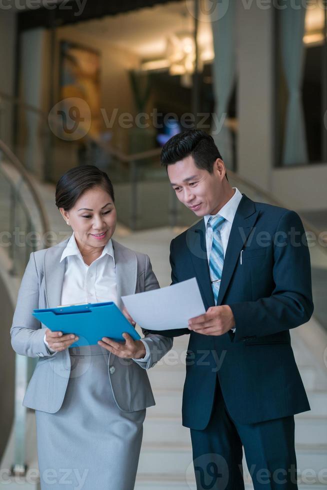 Erörterung von Finanzdokumenten foto
