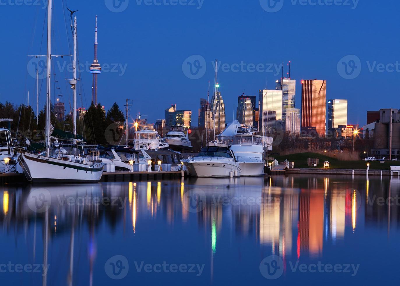 Predawn Toronto Skyline mit Reflexionen foto