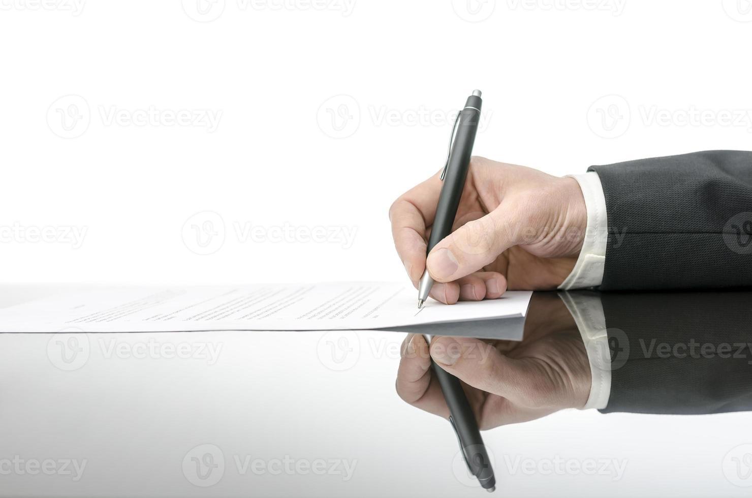 Vertragsunterzeichnung auf einem schwarzen Tisch foto