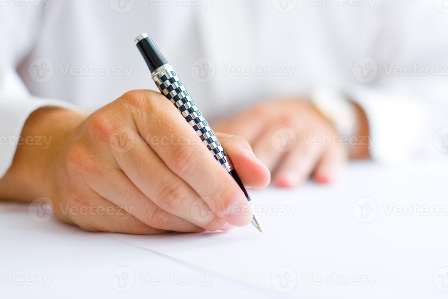 Geschäftsmann, der den Vertrag unterschreibt foto