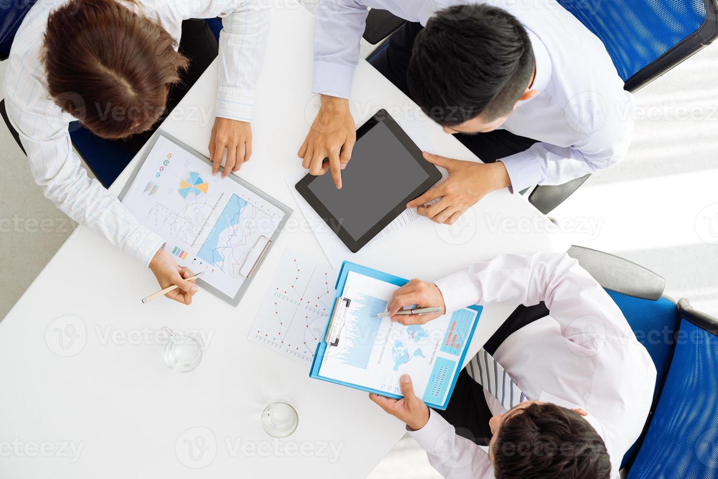 Diskussion von Diagrammen und Grafiken foto