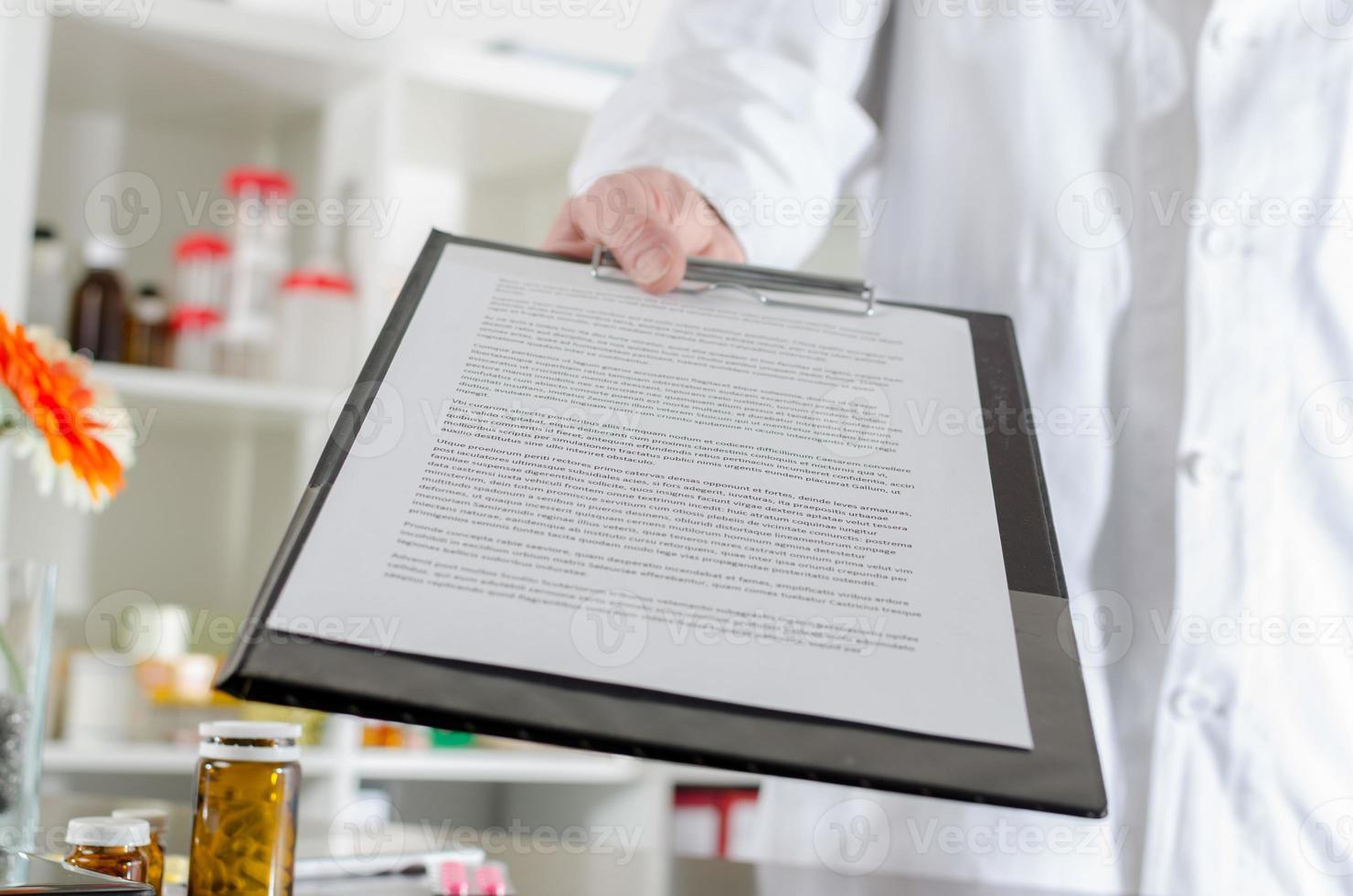 Arzt zeigt einen Bericht foto