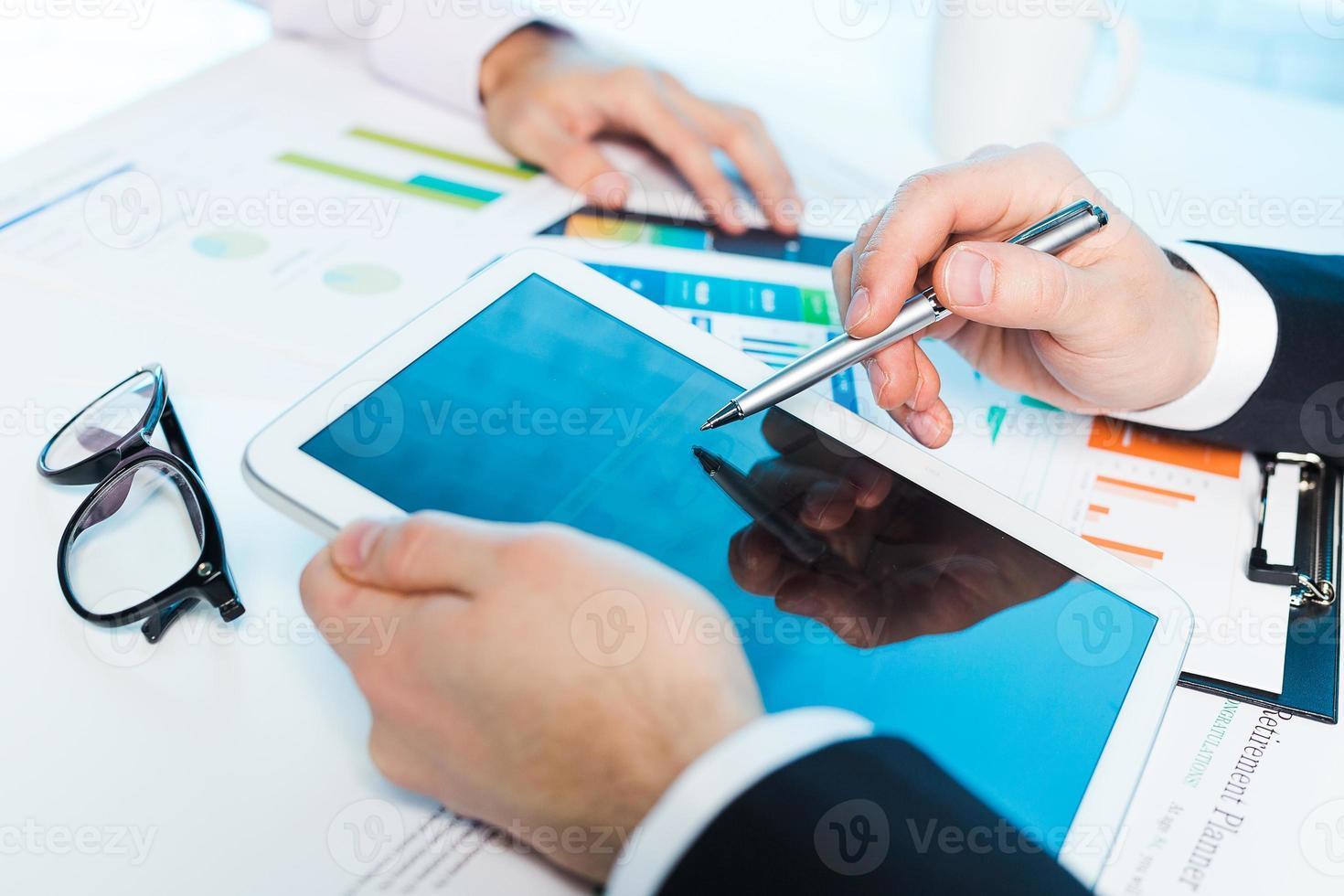 Geschäftsleute diskutieren foto