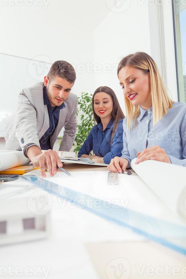 Architekten diskutieren ihren Entwurf foto