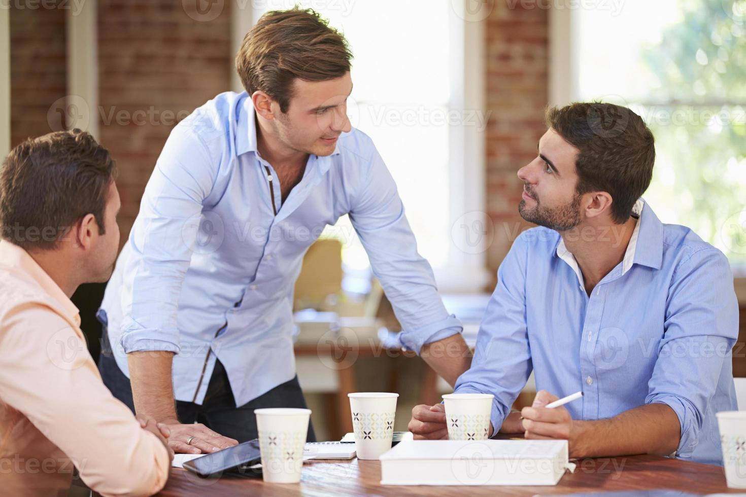Gruppe von Geschäftsleuten treffen sich, um Ideen zu diskutieren foto