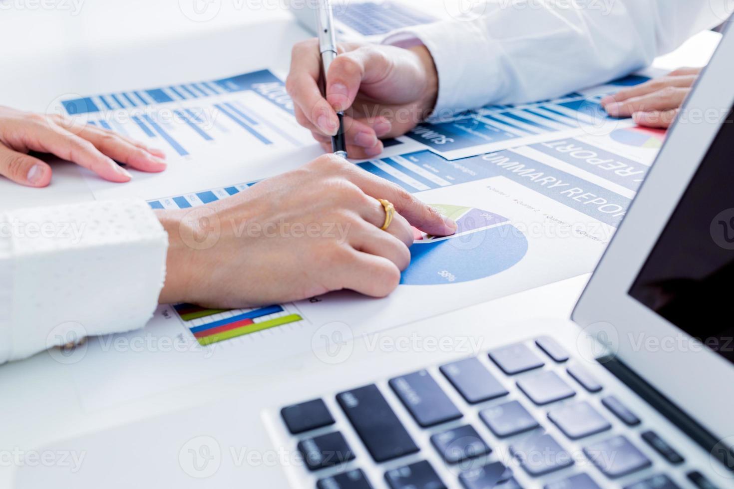 Geschäftsleute diskutieren die Diagramme und Grafiken foto