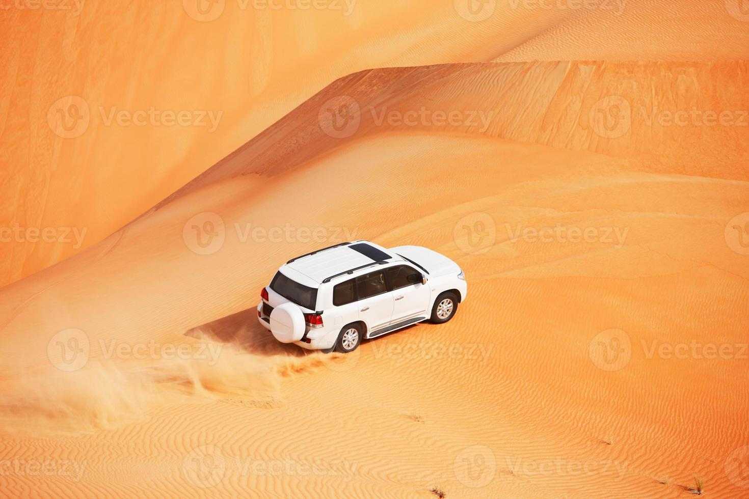 4x4 Dünenschlag in einer arabischen Wüste foto