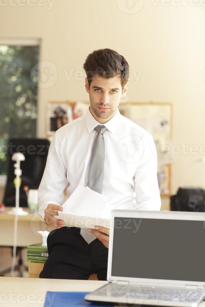 Geschäftsleute arbeiten am Laptop foto