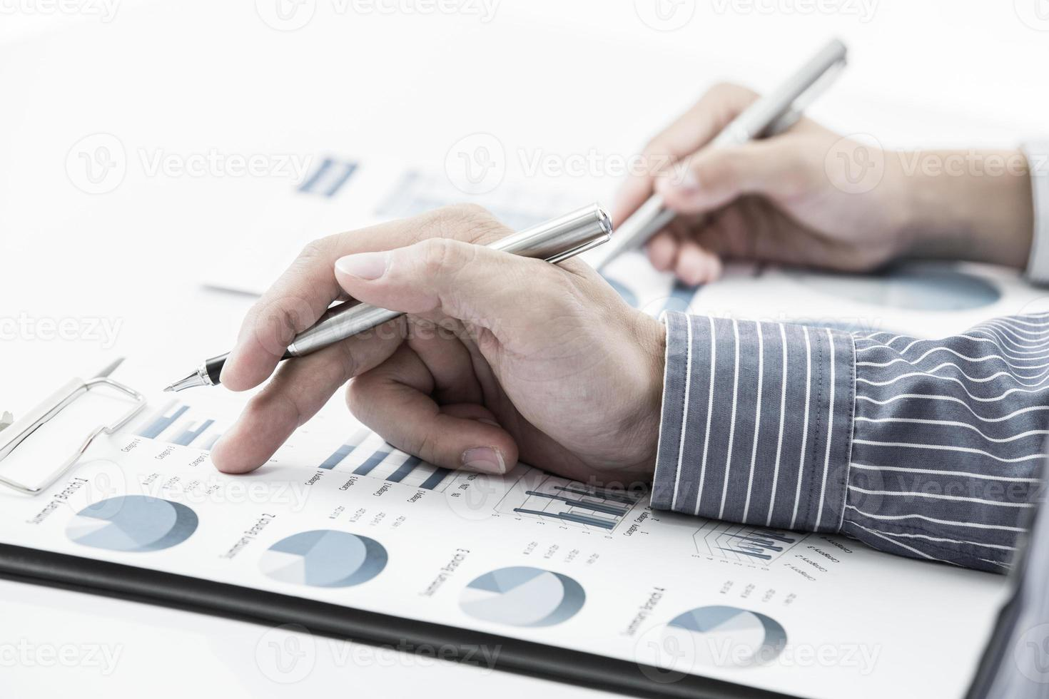 Geschäftsleute diskutieren während eines Meetings foto