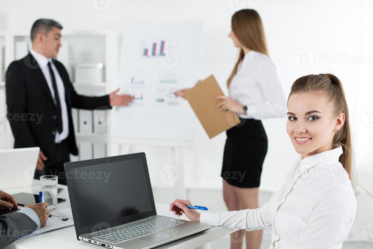 Geschäftsleute treffen sich im Büro, um das Projekt zu besprechen foto