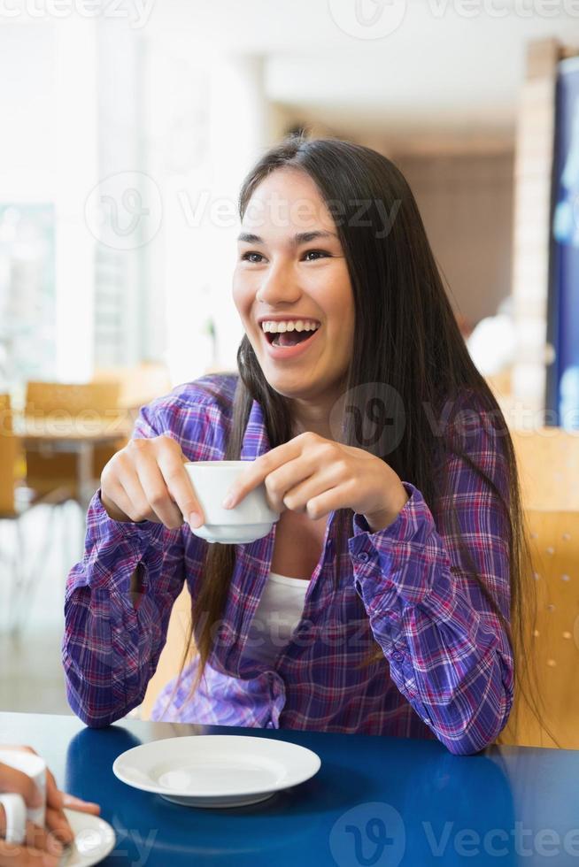 junge Studenten trinken zusammen Kaffee foto