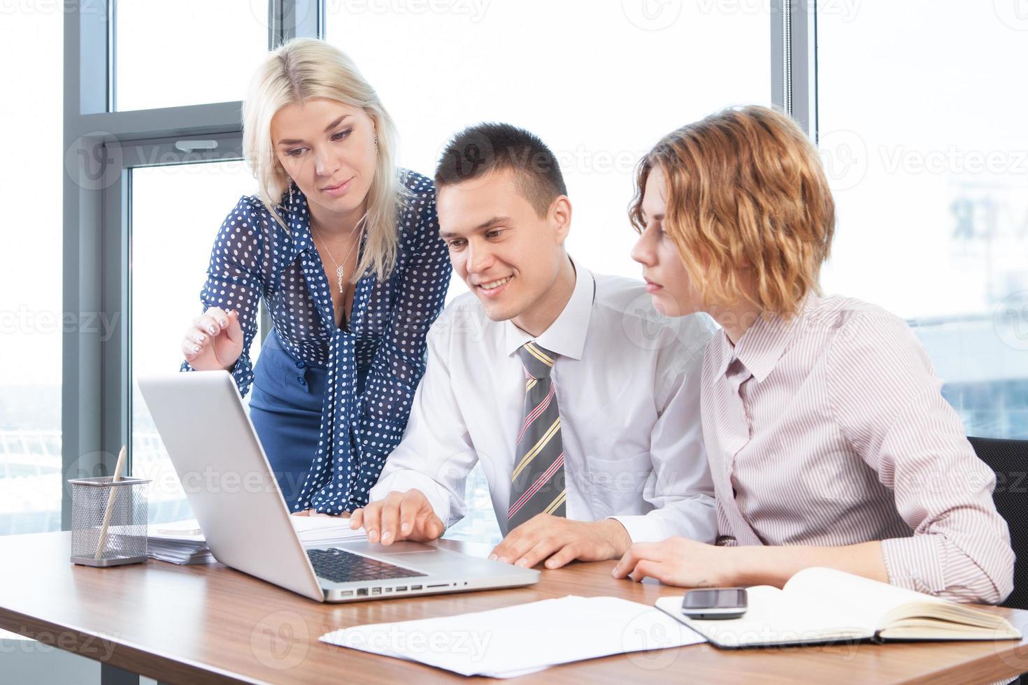 Geschäftsleute, die am Besprechungstisch im Büro zusammenarbeiten foto