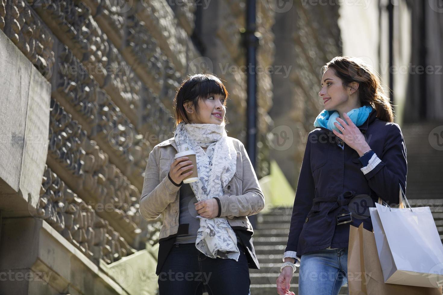 zwei glückliche Frauen, die zusammen einkaufen, Spaß haben und lachen foto