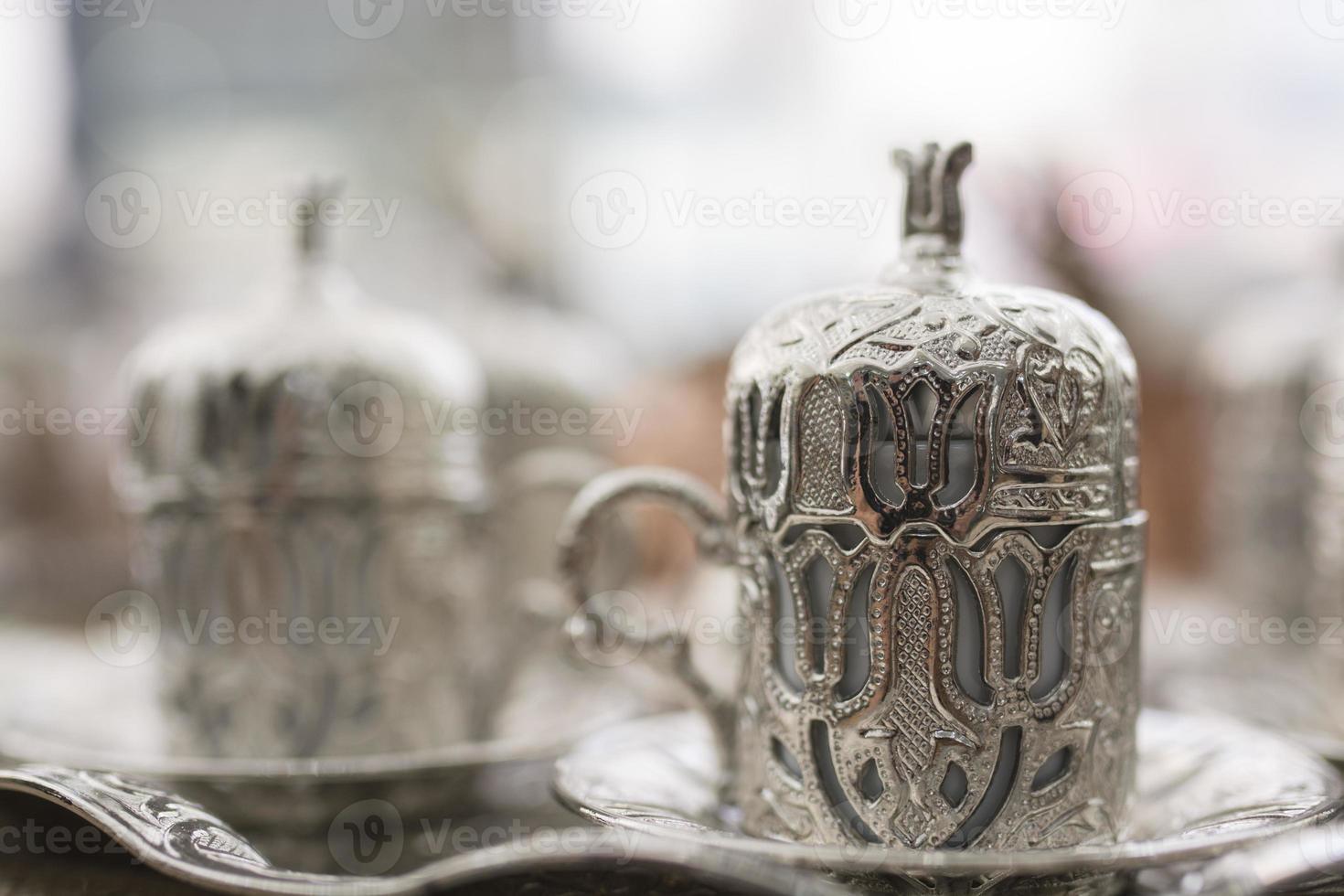 traditioneller türkischer Kaffee mit Metallbecher foto